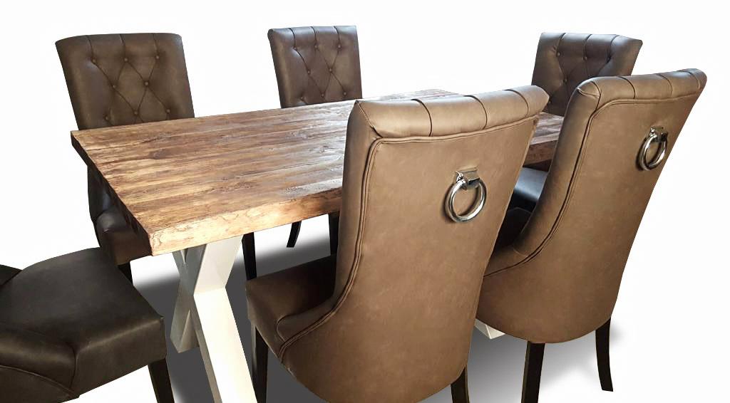 krzesło lancaster przy stole z uchwytem